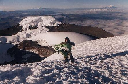 Луис Кадена у кратера активного вулкана Котопакси 5897 метров
