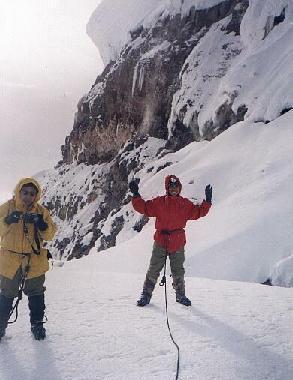 Местечко ЯНАСАЧА, где курится вулкан Котопакси. Фото - Луис Кадена (слева).